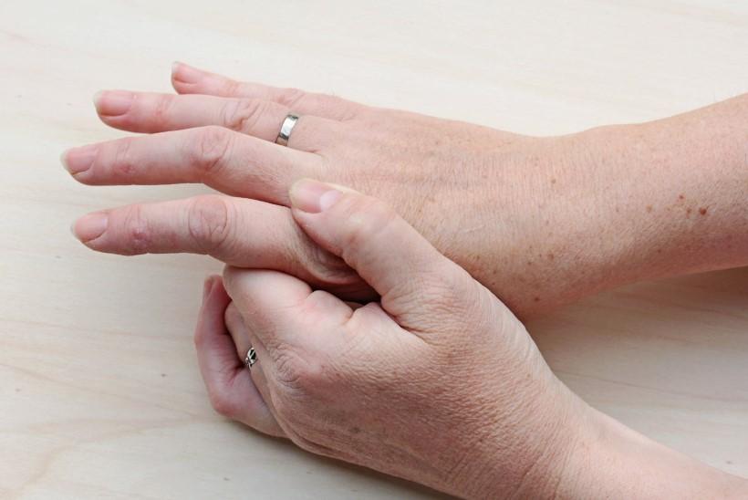Valutab vasaku kae sormele liiget Magterti ravi liigeste